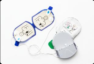 除細動パッドとバッテリーを一体化した除細動パッドパックを採用。除細動パッドにおいては、長寿命になりました。(除細動パッドパックは単回使用です)